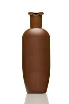 Bottiglia di plastica marrone per cosmetici isolati su sfondo bianco da vicino