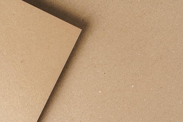 Gli strati di carta del cartone riciclato brown si chiudono su. concetto di affari