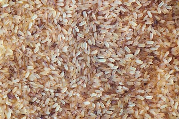 Trama di sfondo di riso sbramato. riso striato a chicco lungo