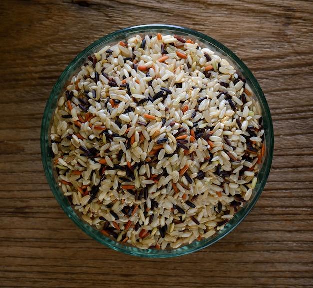 Seme del riso sbramato in ciotola. vista dall'alto.