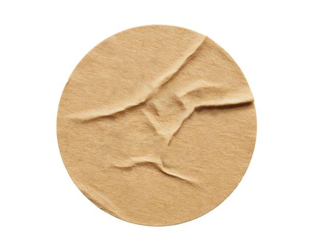 Etichetta adesiva di carta rotonda marrone isolata su sfondo bianco