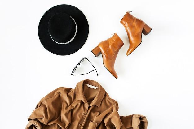 Camicia marrone, scarpe, occhiali, cappello. stile di vita, concetto di bellezza per blog, social media, rivista.