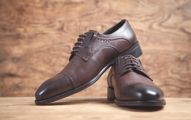 Scarpe marroni sullo sfondo di legno.