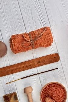 Accessori per spa marrone su scrivania in legno bianco.