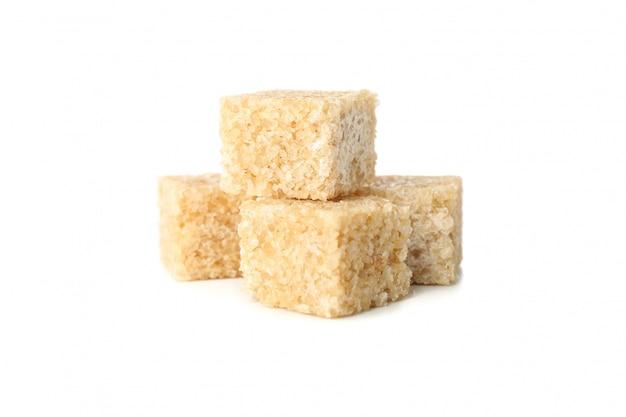Cubi dello zucchero bruno isolati su fondo bianco, fine su