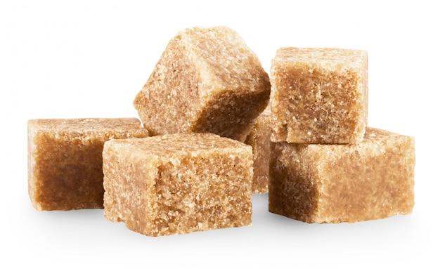 Cubetti di zucchero di canna isolati su bianco