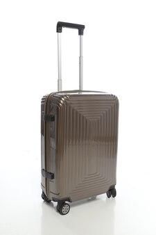 Valigia marrone su sfondo bianco