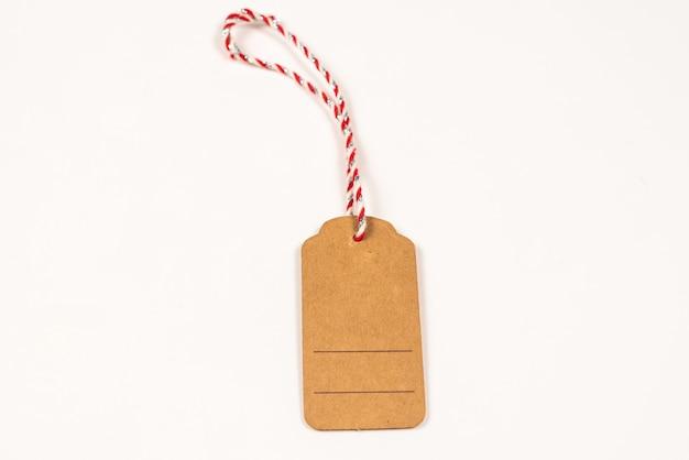 Etichetta marrone isolata su sfondo bianco. copia spazio.
