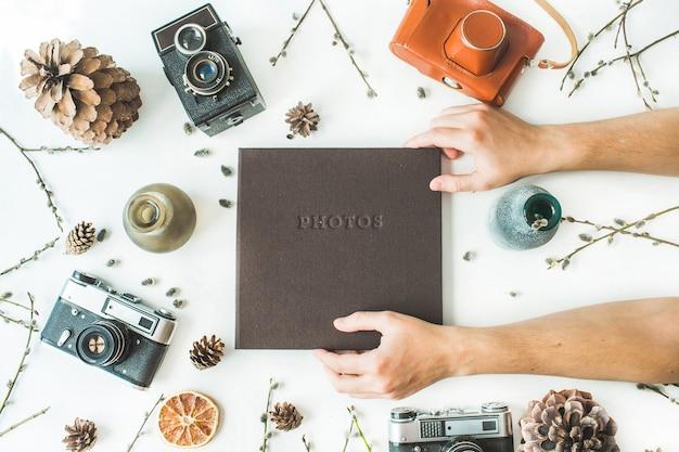 Album di foto di famiglia o matrimonio marrone e arance secche