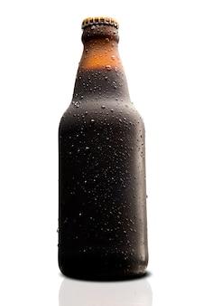 Bottiglia bagnata marrone di birra nera isolata su fondo bianco