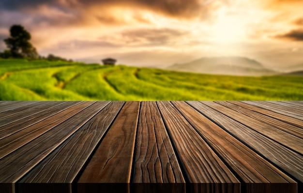Tavolo in legno marrone in estate fattoria verde con copia spazio vuoto sul tavolo per l'esposizione del prodotto