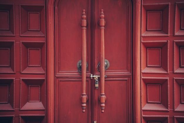 Parete della maniglia della maniglia della maniglia della porta d'ingresso in legno marrone per sfondo