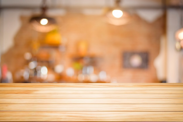 Tavolo in legno marrone su sfondo caffetteria o ristorante.