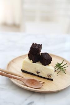 Torta di brownie al formaggio su piatto di legno
