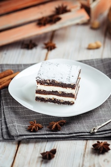 Dessert brownie con torte al cioccolato con noci sul legno bianco