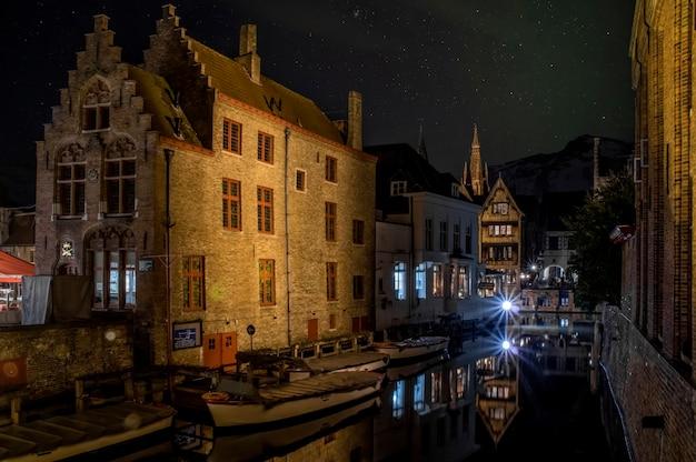 Il quartiere storico di bruges le vecchie case si riflettono nell'acqua fiandre occidentali belgio