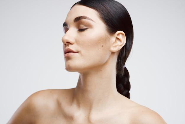 Cura della depilazione della pelle chiara con spalle nude