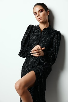 Bruna vestito nero moda glamour isolato sfondo