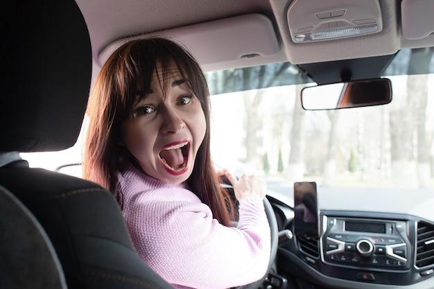 Ragazza bruna urla in macchina