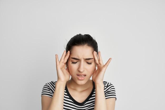 Bruna che tiene la sua testa emicrania depressione isolato sfondo. foto di alta qualità