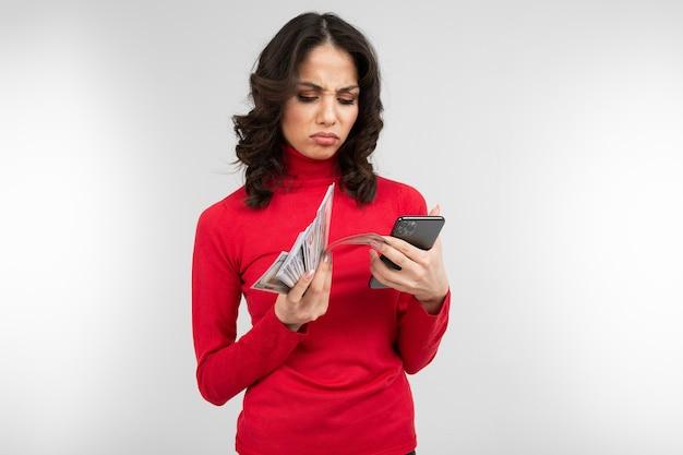 Bruna tiene conta i soldi nelle mani con lo spazio della copia