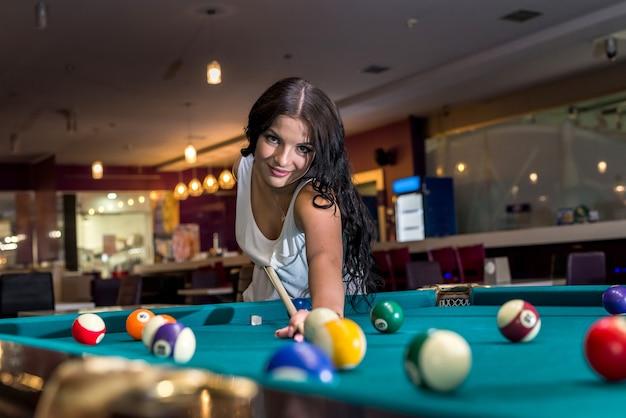 Bruna passa il tempo a giocare a biliardo americano
