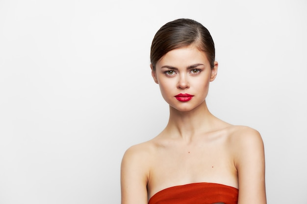 Bruna in posa vestita di rosso