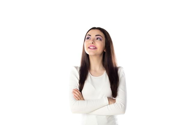 Ragazza bruna adolescente con trucco viola isolato su sfondo bianco