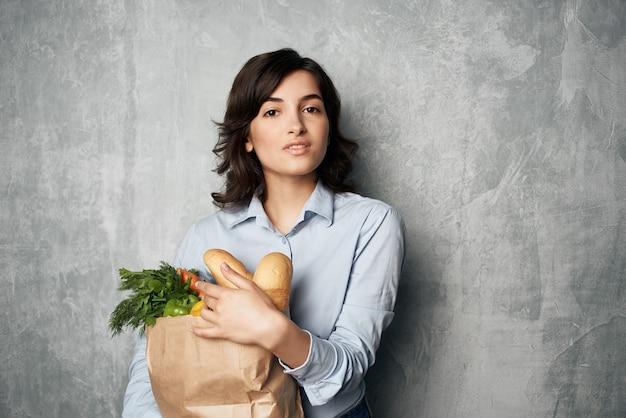 Bruna con un mazzo di generi alimentari supermercato shopping lifestyle