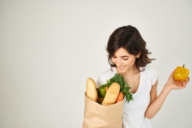Bruna con un pacco di generi alimentari consegna al supermercato