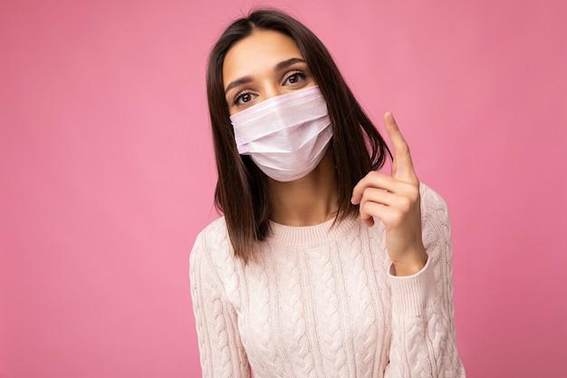 Donna bruna che indossa una maschera di protezione antivirus