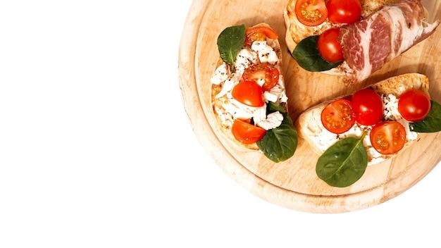 La bruschetta è solitamente servita come spuntino o antipasto italiano su tavola di legno