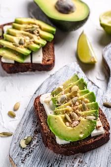 Bruschetta con avocado, formaggio