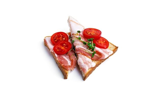 Bruschetta con pancetta e pomodoro su uno sfondo bianco. foto di alta qualità