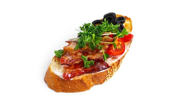 Bruschetta con pancetta e verdure su uno sfondo bianco. foto di alta qualità