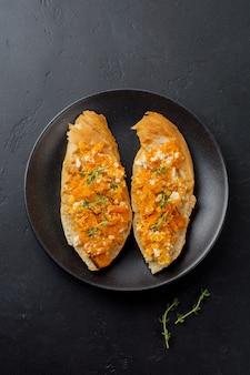Bruschetta con zucca al forno, feta e timo su superficie di pietra scura. panino piccante alla zucca. messa a fuoco selettiva.