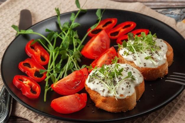Bruschette con microgreens di formaggio e verdure