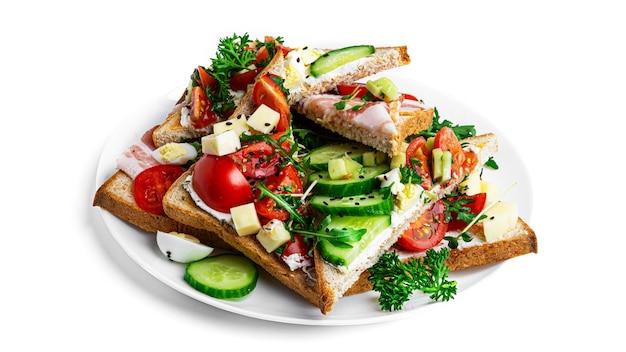 Bruschetta con diversi ripieni su uno sfondo bianco. bruschette di verdure, carne e formaggio. foto di alta qualità