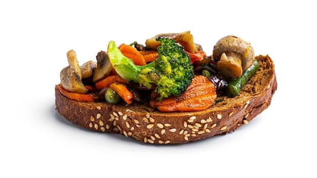 Bruschetta con verdure fritte su uno sfondo bianco. foto di alta qualità