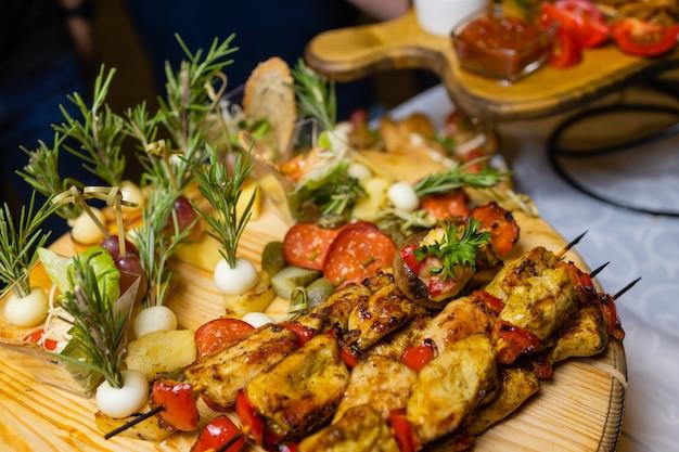 Bruschetta con peperoni grigliati, zucchine, olive e mozzarella. piatto vegetariano.