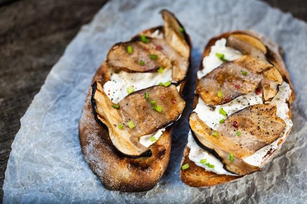 Bruschetta ai funghi porcini e formaggio a pasta molle