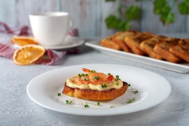 Bruschetta con maionese di gamberi e micro verdure