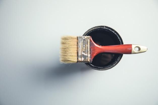 Pennello sulla vernice nera sul tavolo