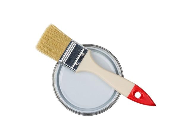 Pennello su un barattolo chiuso isolato su uno sfondo bianco. materiali per la pittura.