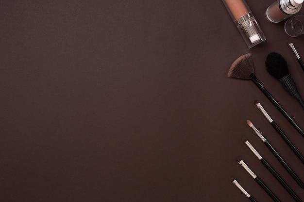 Pennello per trucco ombretto vista dall'alto su sfondo marrone
