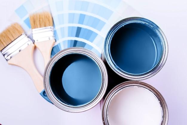 Spazzole e una lattina aperta con il blu