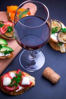 Set di spazzole per vino. varietà di piccoli panini su sfondo nero