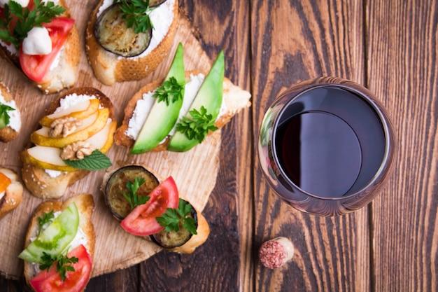 Set di spazzole per vino. varietà di piccoli panini su fondo di legno