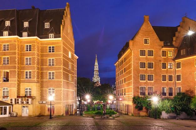 Municipio di bruxelles e piazza di spagna, statue di don chisciotte e sancho panza a bruxelles, in belgio