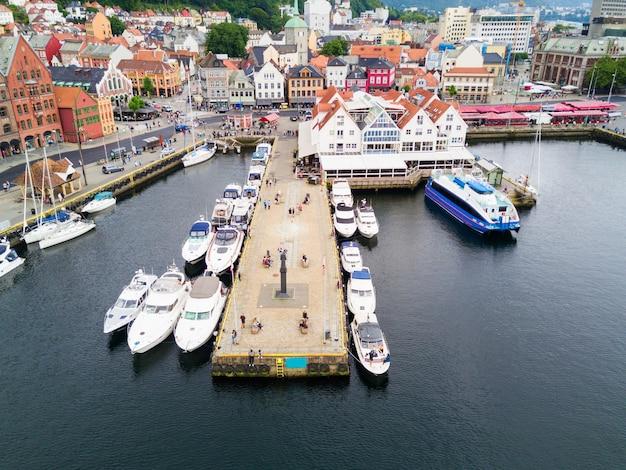 Vista panoramica aerea di bryggen. bryggen è una serie di edifici commerciali nel porto di vagen a bergen, in norvegia.